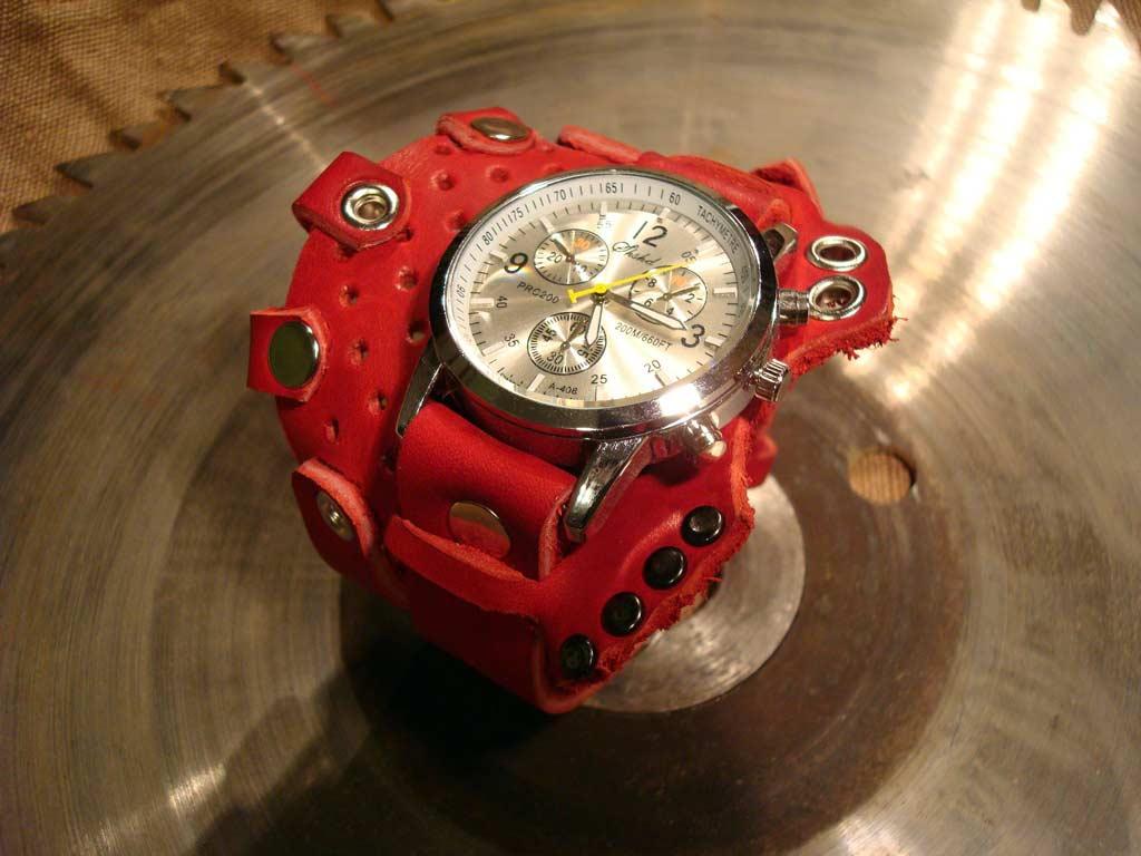 кварцевые часы с ремешком из красной кожи