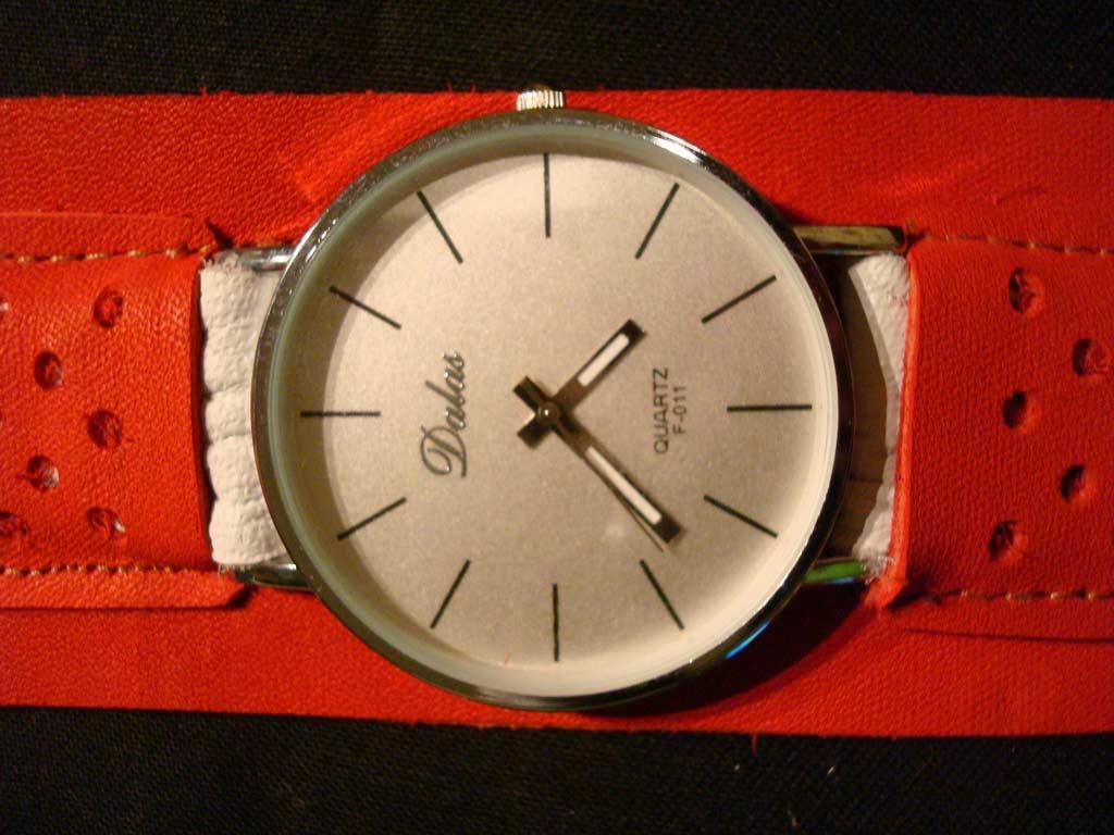 Кварцевые часы на красном, кожаном ремешке