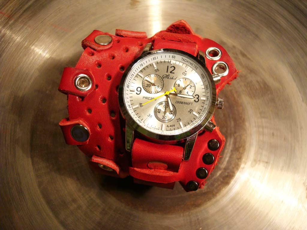 Кварцевые красные дизайнерские часы с перфорацией