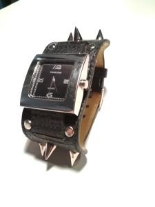 Часы на дизайнерском ремешке с шипами