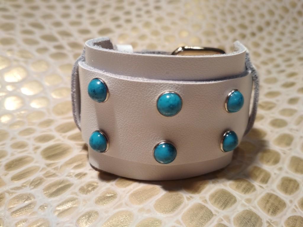 белый браслет с голубыми клепками