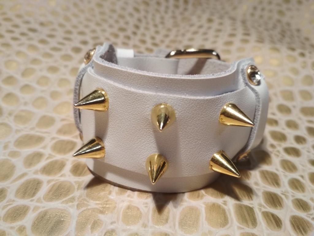 белый браслет с золотыми шипами