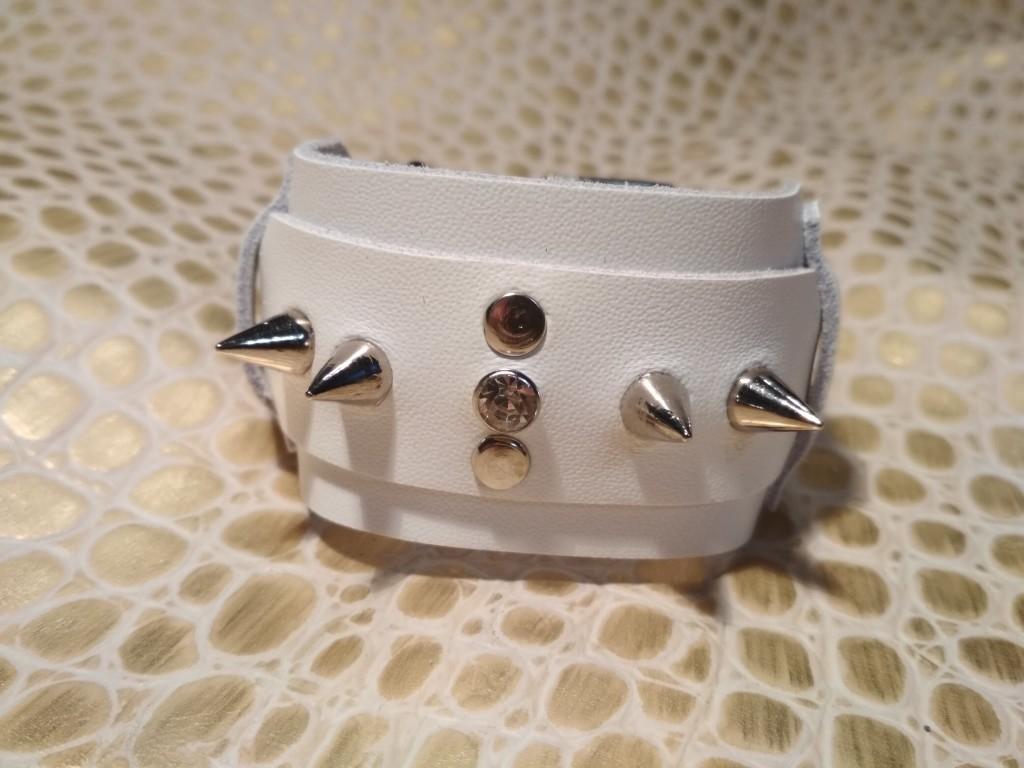 белый браслет с шипами